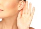 Odstávajúce uši vyrieši korekcia ušníc (otoplastika).
