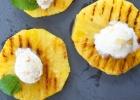 Grilovaný ananás so zmrzlinou a kokosom
