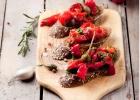Bruskety s grilovanou paprikou a kaparami