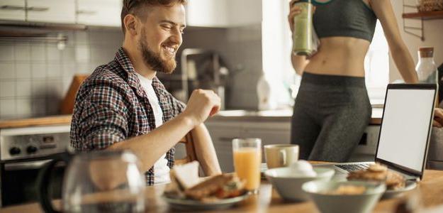 tipy na raňajky, chlap, zdravé raňajky, jedlo, lievance, kaša, pšeno, chia, koláč, smoothie, vločky, sušienky, vajíčko, toast, chlieb, nátierka, pomazánka, zdravá, zdravé, avokádo, benediktínske vajce, stratené vajce, vajíčko, čo na r