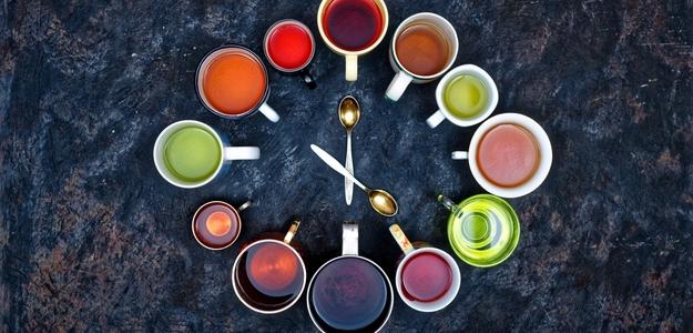 kedy piť ktorý čaj, čas na čaj, o piatej, matový, bylinkový, matcha, zelený, harmančekový, lipový, kamilkový, spánok, spanie, upokojenie, ukludnenie, povzdbudenie, koncentrácia, zdravie