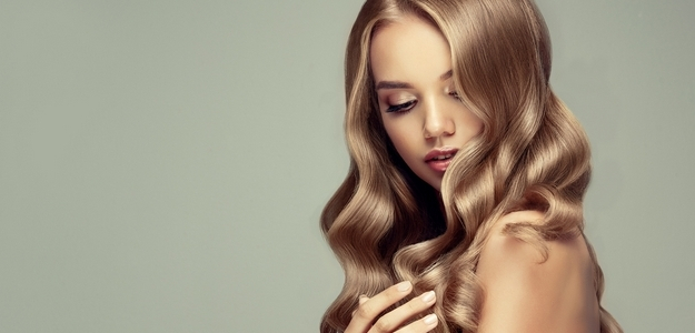 vlasy, lupiny, problém, koža, pokožka, sneh vo vlasoch, mastné vlasy, ako sa zbaviť, pomoc, starostlivosť, šampon, kozmetika, proti