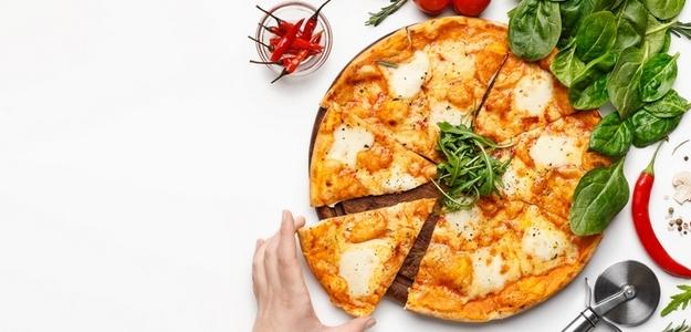 fit, zdravá, pizza, chudnutie, diéta, strava, recept, domáca, mňam, jogurt, jogurtová pizza, fitastyl.sk, bazalka, rajčiny, obloha, zelenina, zdravá strava, jedálniček
