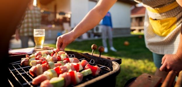 leto, grilovanie, zdravie, škodliviny, zásady, jedlo, pokrm, príprava, gril, záhrada, ako bezpečne grilovať, nebezpečenstvo grilovania, mäso, marináda, problém, ťažkosti, ochorenie, rakovina