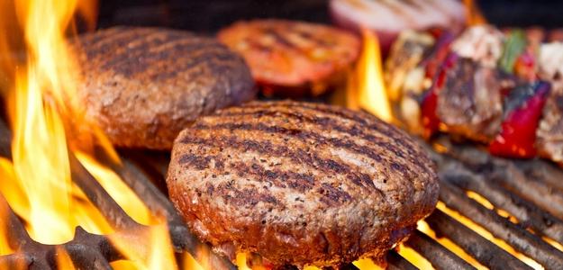 burger, ananás, leto, gril, summer, zdravší, fit, bez lepku, mňam, grilovanie, mäso, hovädzie, hovädzí, chudé, bio, obed, party, záhrada, rodina, priatelia, čo ugrilovať, jedlá z grilu, dobroty, grilovanie bez lepku, bez laktozy, ovocie