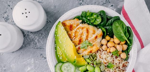 strava, obed, večera, chudnutie, zdravé jedlo, avokádo, kuracie prsia, šalát, quinoa, varenie, zelené, zdravé, svet zdravia, fit