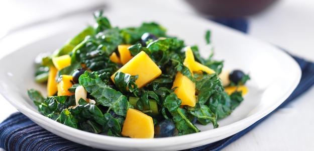 ako pripraviť šalát z kelu, kel, kale, mango, čučoriedky, šalát s ovocím, mňam, leto, osvieženie, večera, obed, fit, zdravie, zdravý životný štýl, svet zdravia, fit štýl,