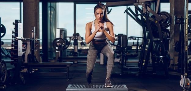 cvičenie, šport, doma, chyby, podložka, časté, strečing, zahriatie, tréning, core, abs, brucho, zadok, nohy, drepy, výpady, ako cvičiť doma, ako schudnúť doma, domáci tréning, domáce cvičenie, cvičenie na doma, fitastyl.sk, ako byť fit,
