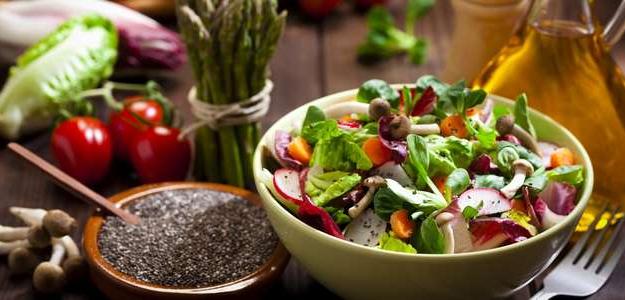 šalát, zlé ingrediencie, čo nepridávať do šalátu, ako zničiť šalát, zdravé jedlo, syr, dresing, krutóny, orechy