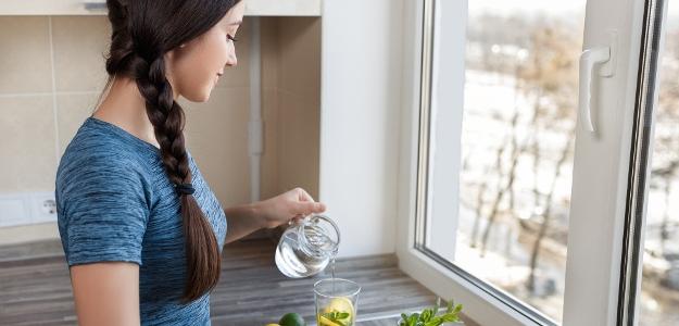 Mal/a by som sa nútiť piť vodu alebo mám piť len keď mám smäd?