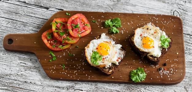 Ražný chlieb s feta syrom a volským okom