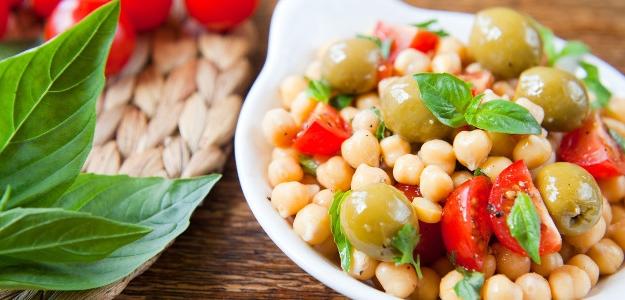 Cícerový šalát s olivami a bazalkou