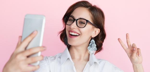 Novodobá závislosť na robení si vlastných fotografií. Čo na selfies hovorí veda?