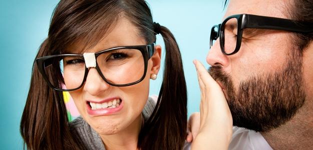 Nepríjemný zápach z úst. Čo je príčinou a čo pomáha?