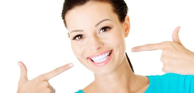 10 zaručených prírodných tipov pre biely zuby