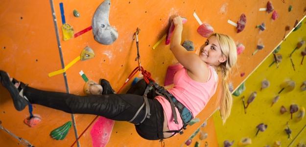 Spojte zábavu s adrenalínom, vyskúšajte Indoor lezenie.