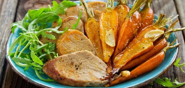 Pečené bravčové mäso s medovou mrkvou
