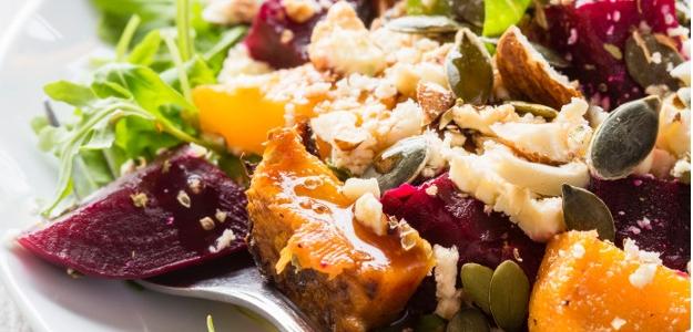 Šalát so sladkými zemiakmi, červenou repou a tekvicovými semiačkami