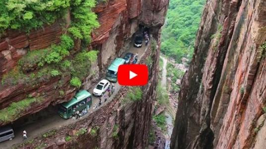 VIDEO: Top 5 najnebezpečnejších ciest, na ktorých by ste sa ako šofér ocitnúť nechceli!