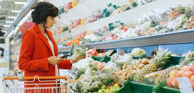 Ak chcete schudnúť, zmena životného štýlu bude prvou nevyhnutnou vecou, ktorú si musíte osvojiť. Zlepšiť kvalitu potravín, ktoré konzumujete, znížiť počet kalórií, ktoré príjmete a samozrejme zvýšiť množstvo cvičenia a pohybovej