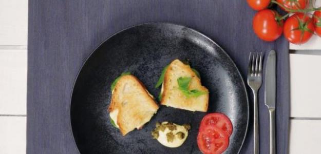 Grilovaný vegánsky sendvič s kešu krémom.