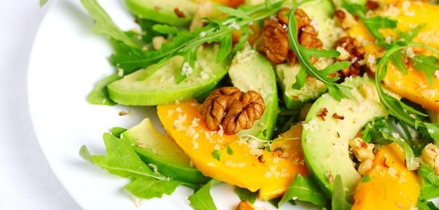 Rukolový šalát s mangom, vlašskými orechmi a avokádom.