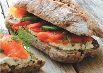 Toast s údeným lososom a kozím syrom